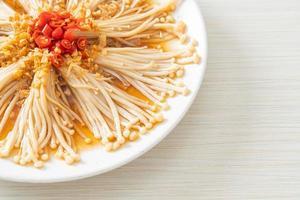 hongo aguja dorada al vapor o enokitake con salsa de soja, guindilla y ajo foto