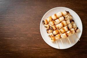pastel de pasta de pescado en forma de tubo a la parrilla skewe o pincho de calamar en tubo foto