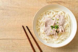 fideos udon con cerdo en sopa clara foto