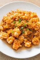 camarones salteados con ajo y pasta de camarones foto