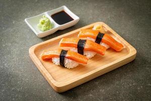 Sushi de palito de cangrejo en placa de madera foto