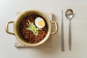 fideos instantáneos coreanos con salsa de frijoles negros foto