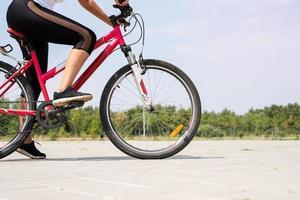 Cerca de los pies de la mujer en bicicleta foto