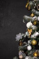 árbol de navidad en la esquina de la imagen como símbolo del año nuevo y navidad foto