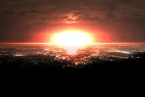 explosión de una bomba nuclear sobre la ciudad foto