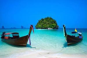 playa tropical, bote de cola larga, mar de andaman, krabi, tailandia foto