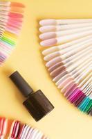 herramientas para manicura plana yacen sobre un fondo de color. cubriendo las uñas con el concepto de esmalte de gel foto