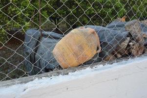 Tarro de fruta vieja detrás de una red en Grecia foto