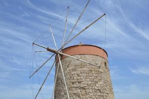 Molinos de viento de la ciudad de Rodas en la ciudad portuaria, Grecia foto