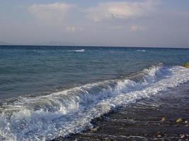 Panorama del mar Egeo en la isla de Rodas en Grecia foto