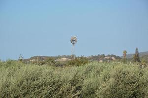 Molino de viento para generar electricidad en los campos de Rodas en Grecia foto