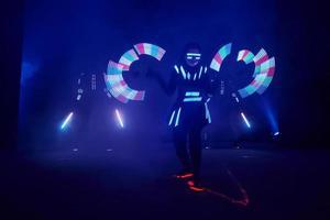 Rendimiento de espectáculo de láser, bailarines en trajes de led con lámpara led, actuación de club nocturno muy hermosa, fiesta foto