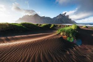 fantástico al oeste de las montañas y dunas de arena de lava volcánica en la playa de Stokksness, Islandia. colorida mañana de verano islandia, europa foto