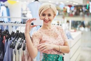 Gerente de tienda sonriente frente a su boutique foto