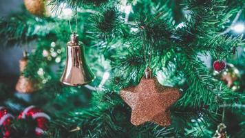 juguetes de navidad colgando del árbol de navidad foto