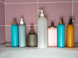 botellas de plástico de varios colores con detergente, gel de ducha, champú foto