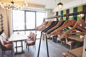 Interior de cafetería moderno y sencillo con muebles clásicos de madera foto