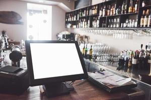 Hermoso restaurante europeo nuevo en el centro de la ciudad con botella de bebida alcohólica borrosa foto