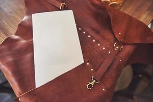 Delantal de protección de cuero marrón para soldador foto