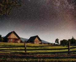 fantásticos montones de cielo estrellado y pueblos tradicionales de montaña. cárpatos, ucrania foto