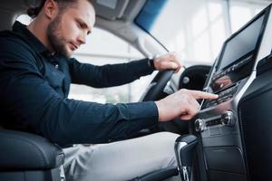 vista de cerca de un joven conduciendo un coche. iniciar un viaje de negocios. prueba de manejo de un auto nuevo foto