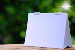 calendario sobre fondo verde, plan de negocios, plan de gestión foto