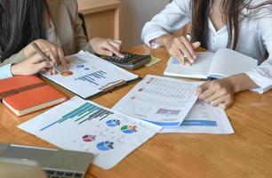 El equipo femenino de personal de la oficina resume el presupuesto para la presentación ejecutiva anual. foto
