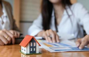 concepto de negocio de comercio desde casa, el equipo de ventas de viviendas está planeando lograr el objetivo. foto