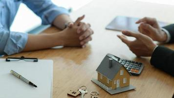 Insurance brokers are introducing real estate insurance programs to clients. photo