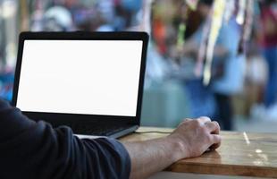 Los empleados independientes utilizan computadoras portátiles para trabajar fuera de la oficina. foto