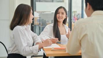 Los equipos de jóvenes profesionales están intercambiando ideas para propuestas de proyectos para nuevos proyectos. foto