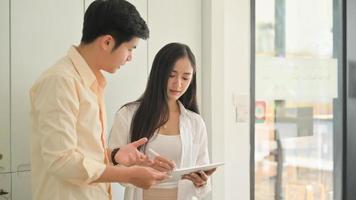 foto de hombres y mujeres jóvenes que usan tabletas para encontrar y planificar su boda.