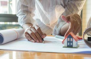 Los diseñadores de casas están revisando los diseños de casas para ofrecer a los clientes. foto