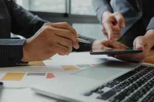 dos empresarios están planificando el trabajo para lograr los objetivos de la organización. foto