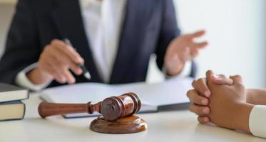 Toma recortada de abogados que dan consejos a los clientes en el bufete de abogados. foto