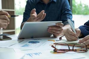 conceptos de negocio, el equipo de gestión está planificando el trabajo para lograr el objetivo. foto