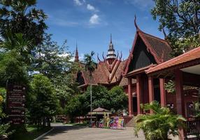 Edificio emblemático del museo nacional exterior en la ciudad de Phnom Penh, Camboya foto
