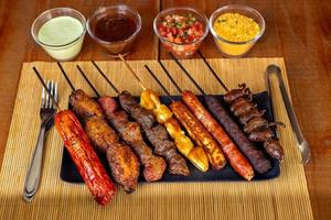 brochetas de barbacoa con salsas especiales foto