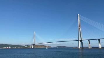 panorama sur le paysage marin avec vue sur le pont russe. vladivostok, russie video