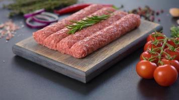 Carne picada fresca cruda para kebab a la parrilla con especias y hierbas video