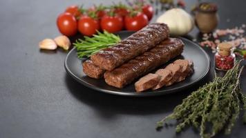 kebab fresco y sabroso a la parrilla con especias y hierbas video