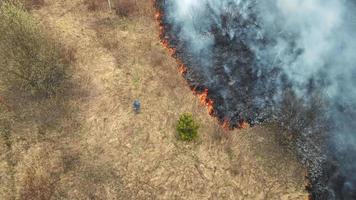 homme regardant le feu. un incendie s'est approché des maisons video