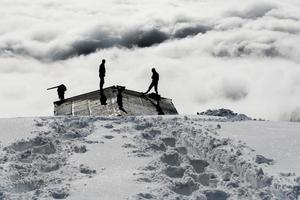 hombres palear nieve foto