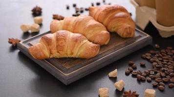 Croissant français délicieux et frais avec une tasse de café parfumé video