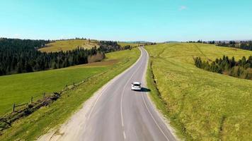 vista aérea, coche blanco, viaja, en, hermoso video