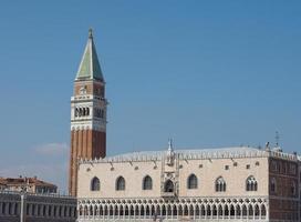 Plaza de San Marcos visto frente a la Cuenca de San Marcos en Venecia. foto