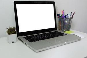 computadora portátil simulacro de pantalla táctil en blanco en el escritorio. se utiliza para poner texto o información para anunciar noticias o vender productos en línea. concepto de negocio de marketing foto