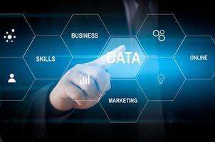 mano de hombre tocando la palabra de datos con el concepto de pantalla virtual de negocios de icono. foto
