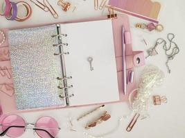 llave plateada en la página blanca del planificador. foto de decoración de planificador de glamour rosa