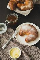 delicioso croissant con sabor a francés para el desayuno. foto